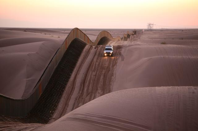 The floating fence in the Algodones Dunes. (Image: US Border Patrol)